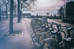 Cyklar som parkerar i Paris Arkivbild
