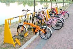 Cyklar som parkerar i parken Arkivbild