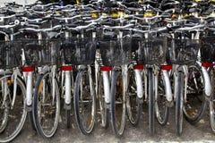 cyklar som parkerar modellen som hyr rader, shoppar Arkivfoto