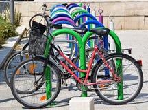 cyklar som parkerar mycket Fotografering för Bildbyråer