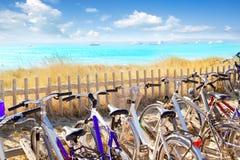 Cyklar som parkerar på den Formentera stranden Arkivfoton