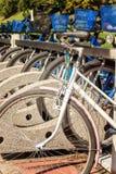 Cyklar som parkerar på en gata Royaltyfri Foto