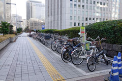 Cyklar som parkerar på gatan i Tokyo, Japan Arkivbilder