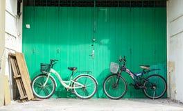 Cyklar som parkerar på huset i Melaka, Malaysia Arkivfoton