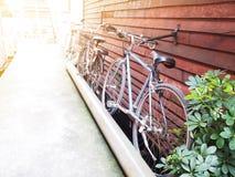 Cyklar som parkerar på tappningträväggen Royaltyfri Fotografi