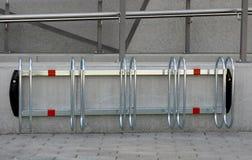 1-5 cyklar som parkerar ställningen Arkivbilder