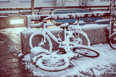 Cyklar som parkerar under snön Royaltyfri Fotografi