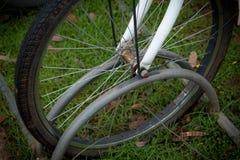 cyklar som parkerar white Arkivfoto