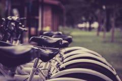 cyklar som parkerar white Arkivbilder