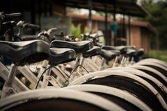 cyklar som parkerar white Arkivbild