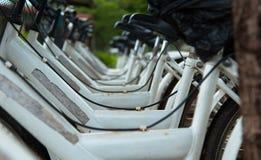 cyklar som parkerar white Royaltyfria Bilder