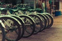 cyklar som parkerar white Royaltyfri Foto