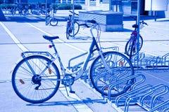 Cyklar som parkeras i gatan av Wien ?sterrike - Europa royaltyfria foton