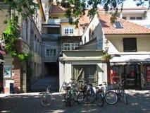 Cyklar som parkeras i gatan nära, shoppar ljubljana slovenia royaltyfria foton