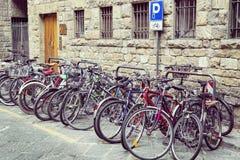 Cyklar som parkeras på cicty cykelparkering Florence Arkivfoto