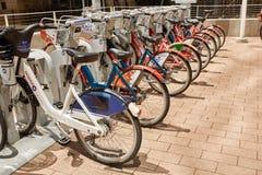 Cyklar som ?r tillg?ngliga f?r hyra i i stadens centrum Denver, Colorado fotografering för bildbyråer