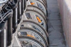 Cyklar som st?r i de betalda parkeringsplatsgr? f?rgerna royaltyfria bilder