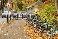 Cyklar som väntar den närliggande järnvägsstationen Royaltyfri Foto