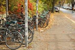Cyklar som väntar den närliggande järnvägsstationen Royaltyfria Foton