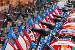 Cyklar ställde upp för att hyras i Torun, Polen den gamla staden Arkivbild