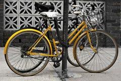 cyklar staden Arkivfoto