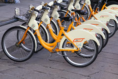cyklar staden milan Arkivfoton