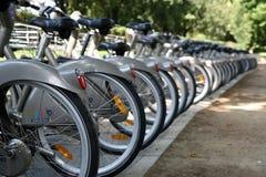 cyklar staden paris Arkivfoto