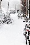 cyklar streetview för stadssnowsnowstormen Royaltyfri Bild