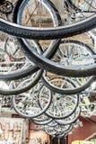 Cyklar till salu på REI Arkivbilder