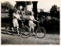 cyklar två kvinnor Fotografering för Bildbyråer