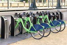 Cyklar uthyrnings- stadscyklar för cykeln för hyrahyra dockmotor Fotografering för Bildbyråer