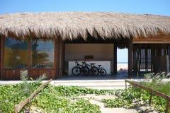 Cyklar vid havet nära huset arkivbild