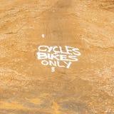 Cykle jechać na rowerze tylko szyldowego malującego na ziemi zdjęcie royalty free