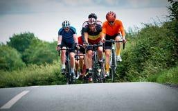 Cykliści ściga się na wiejskich drogach Fotografia Royalty Free