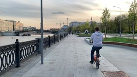 Cykliści jadą na Strida przez wiosen ulic Moskwa w dobrej pogodzie w wieczór zdjęcie wideo