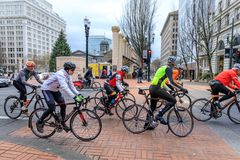 Cykliści jedzie bieżnego rower na SW Broadway, Portland Zdjęcie Royalty Free