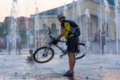Cykliści jedzie wzdłuż nabrzeża Zmierzch między domami stara architektura w Kyiv editorial 08 03 2017 Fotografia Royalty Free