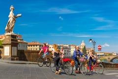 Cykliści na Bridżowym Santa Trinita, Florencja, Włochy Zdjęcie Stock