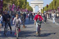 Cykliści na czempionach Elysees przy Paryskim samochodem uwalniają dzień Fotografia Royalty Free