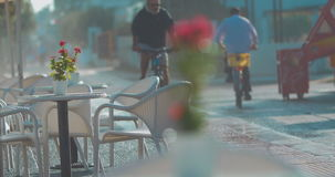 Cykliści przechodzi pustą uliczną kawiarnią zbiory