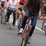 cykliści używają rower w miasteczko dostawać wokoło bez zanieczyszczać Zdjęcia Royalty Free