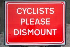 Cykli?ci zadawalaj? wymontowywaj? znaka zdjęcie stock