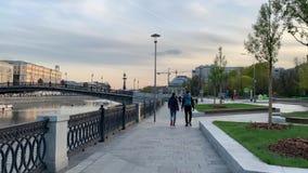 Cykli?ci jad? na Strida przez wiosen ulic Moskwa w dobrej pogodzie w wiecz?r zdjęcie wideo
