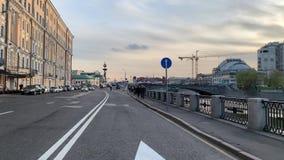 Cykli?ci jad? na Strida przez wiosen ulic Moskwa w dobrej pogodzie w wiecz?r zbiory wideo