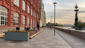 Cykli?ci jad? na Strida przez wiosen ulic Moskwa w dobrej pogodzie w wiecz?r zbiory