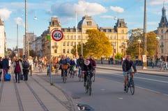 Cykliści na królowej Louises moscie w Kopenhaga Dani Fotografia Royalty Free