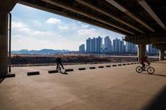 Cykliści pod mostem obraz stock