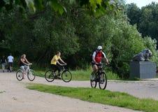 Cykliści w dziejowy parkowy ` Kuzminki-Lublino ` Obrazy Stock