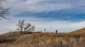 Cyklist överst av kullen fotografering för bildbyråer