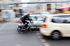 Cyklist i Berlin, Tyskland, i rörelsesuddighet Royaltyfria Foton
